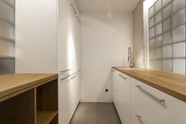 plan 3 kuchyně / Kuchyně ze světlého corianu na míru / Optimální využití úzkého prostoru v kuchyni
