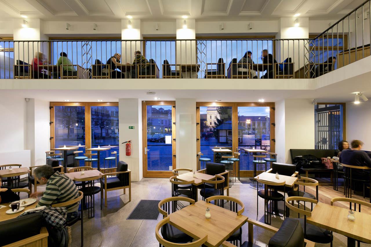 plan 3 kuchyně / Celá kavárna Jiné Café je umělecké dílo, které při každé návštěvě učaruje jinými detaily / Pozdrav od chameleona