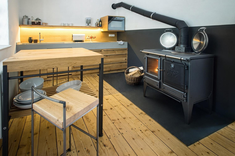 plan 3 kuchyně / Kuchyně Archetyp s použitím materiálů jako kámen, dřevo a ocel / Archetyp