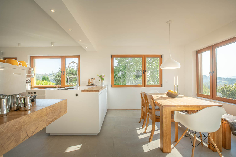 plan 3 kuchyně / Světlý kuchyňský kout ve tvaru písmene L / Světlá kuchyně na míru