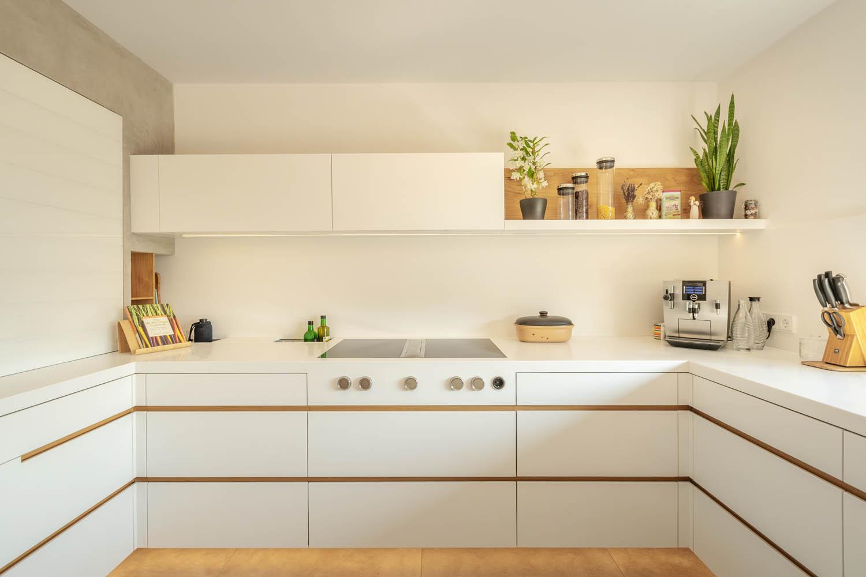 plan 3 kuchyně / Bílá kuchyňská linka na míru ve tvaru U / Kuchyně z krionu a masivního dřeva