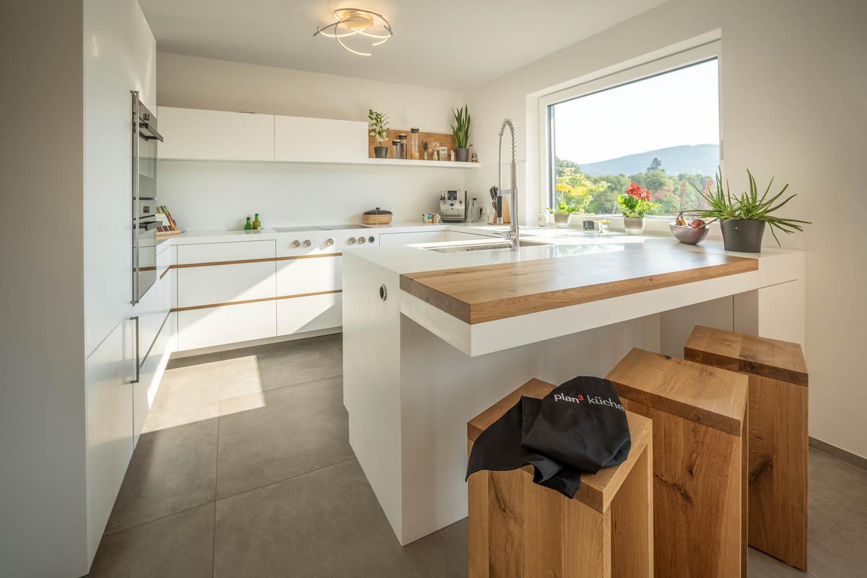 Kontrast zu der hellen Küche