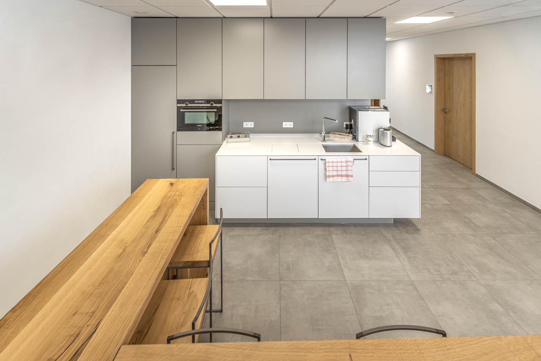 plan 3 kuchyně / Jednoduchá firemní kuchyně na míru / Jakou zvolit kuchyň do kanceláře?